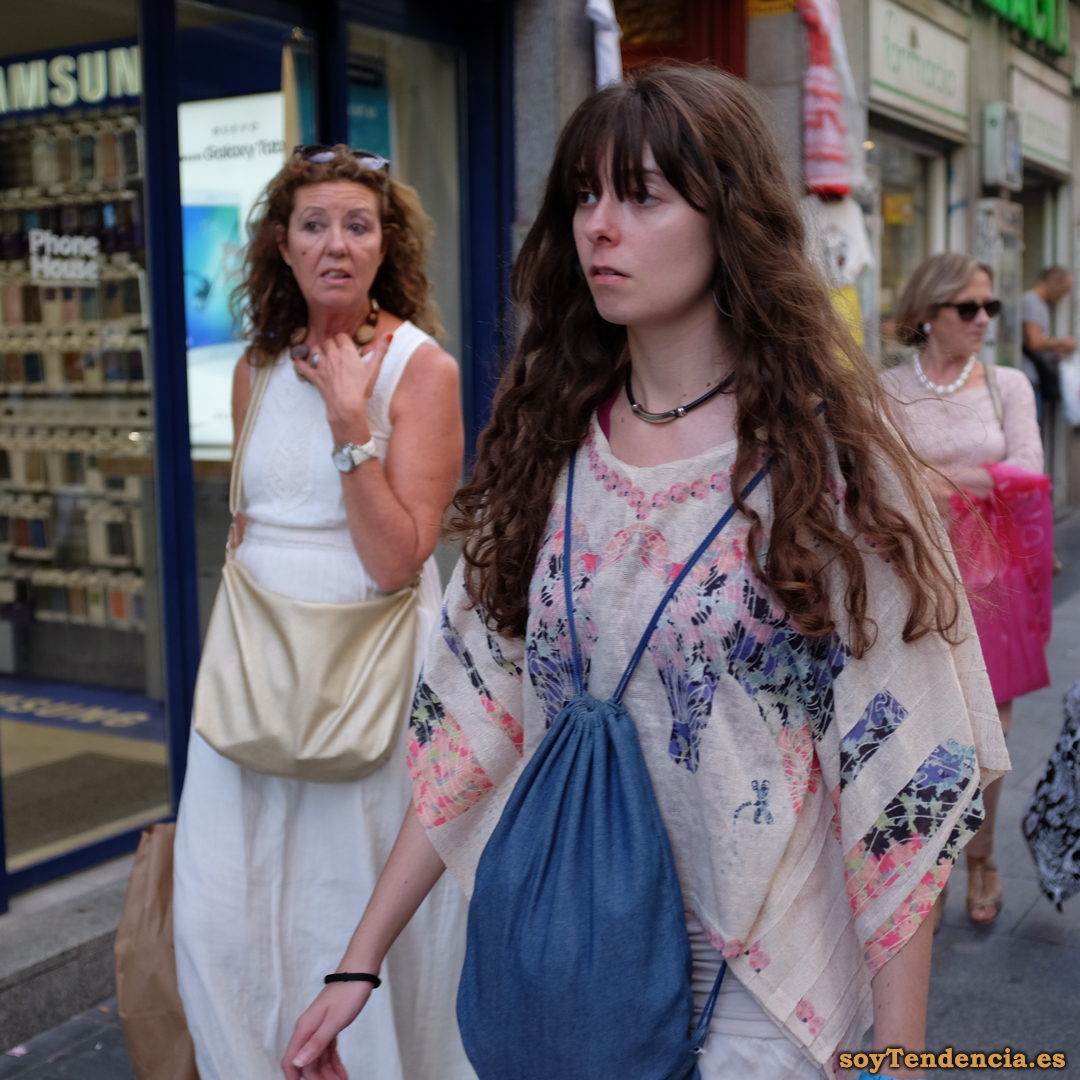 blusa poncho blanco mujer soyTendencia Madrid street style