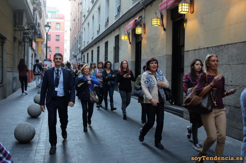cola clientes Primark gran via soyTendencia Madrid street style