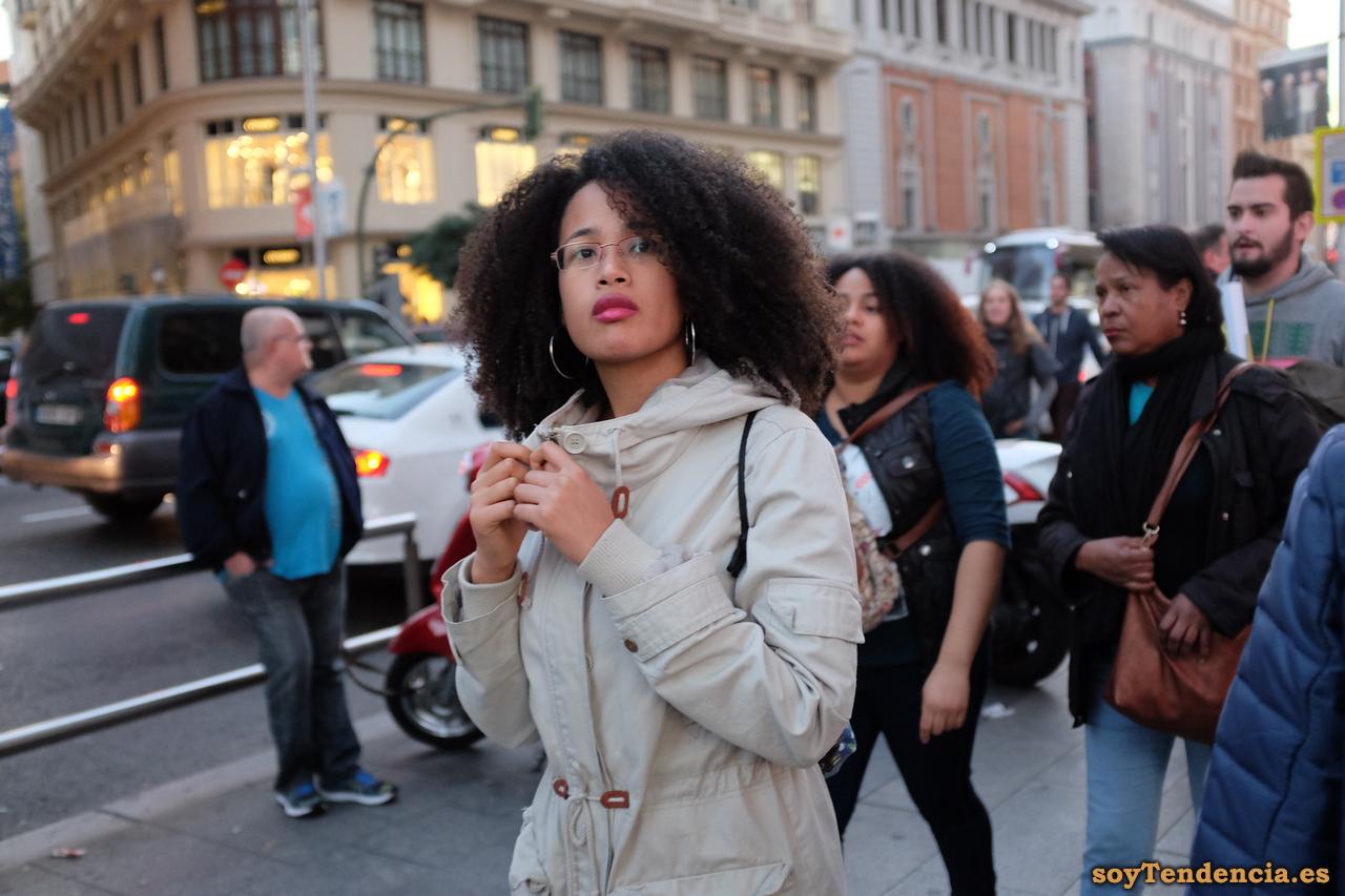 gabardina blanca capucha mujer rizos soyTendencia Madrid street style