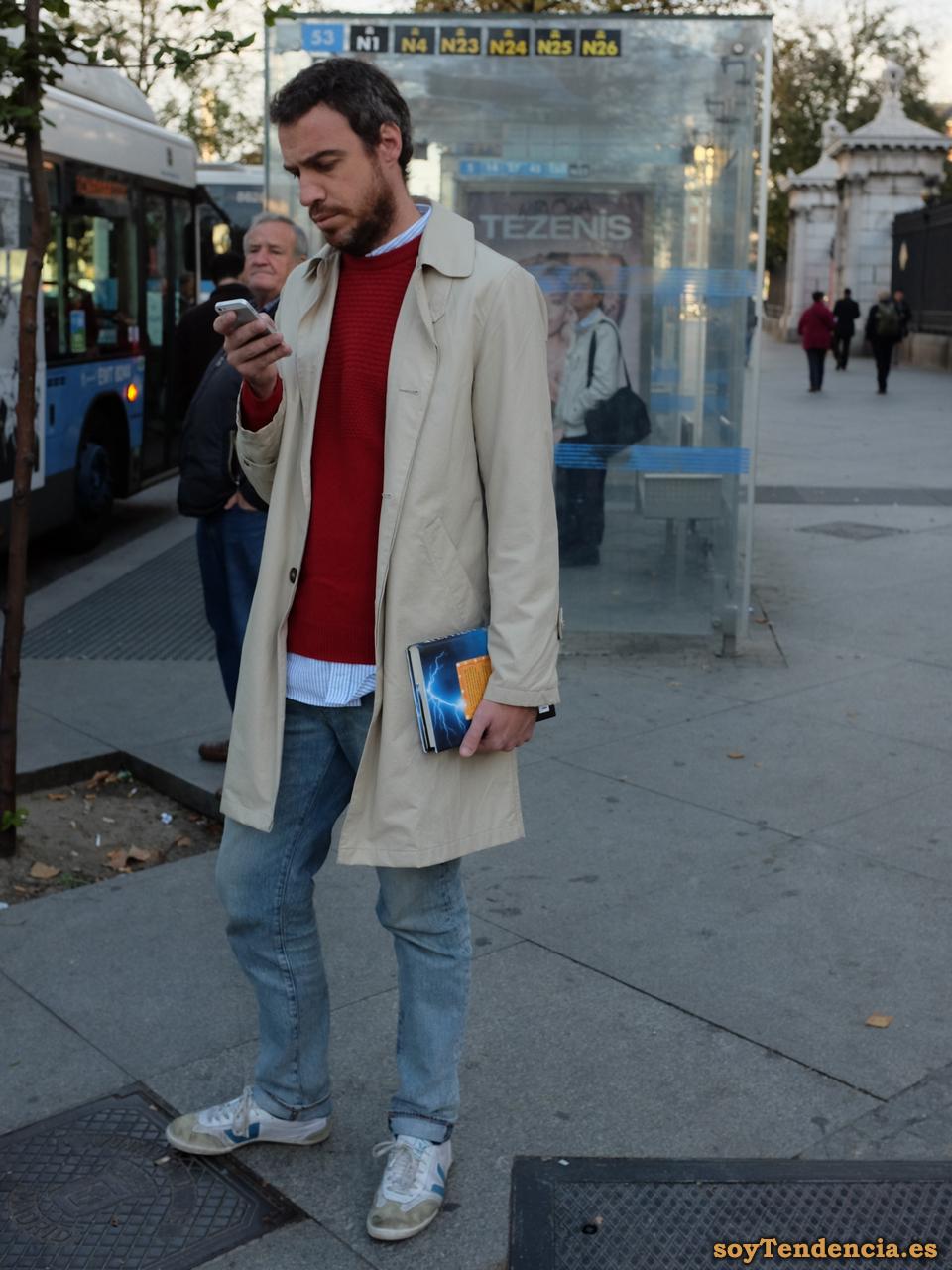 gabardina clara jersey rojo vaqueros soyTendencia Madrid street style