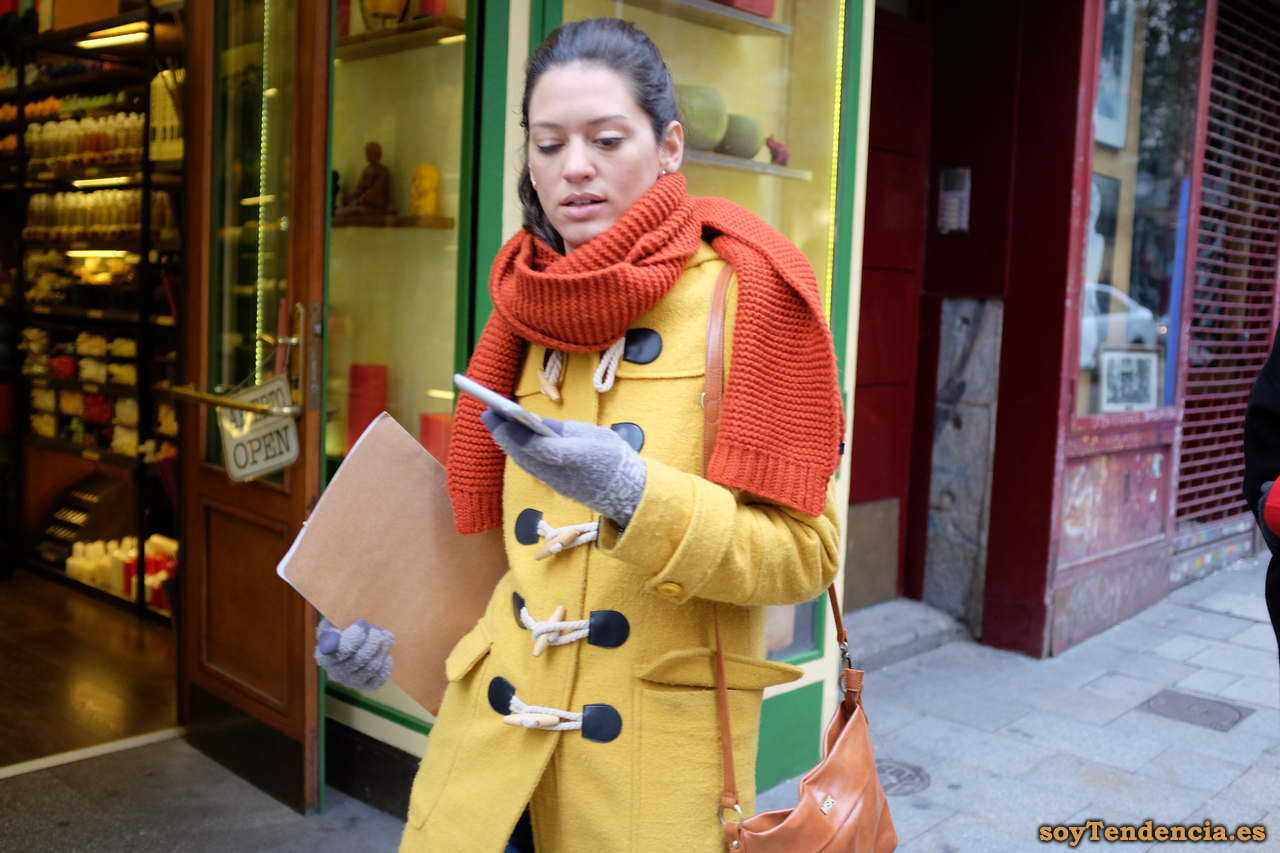 trenca amarilla mujer bufanda naranja soyTendencia Madrid street style
