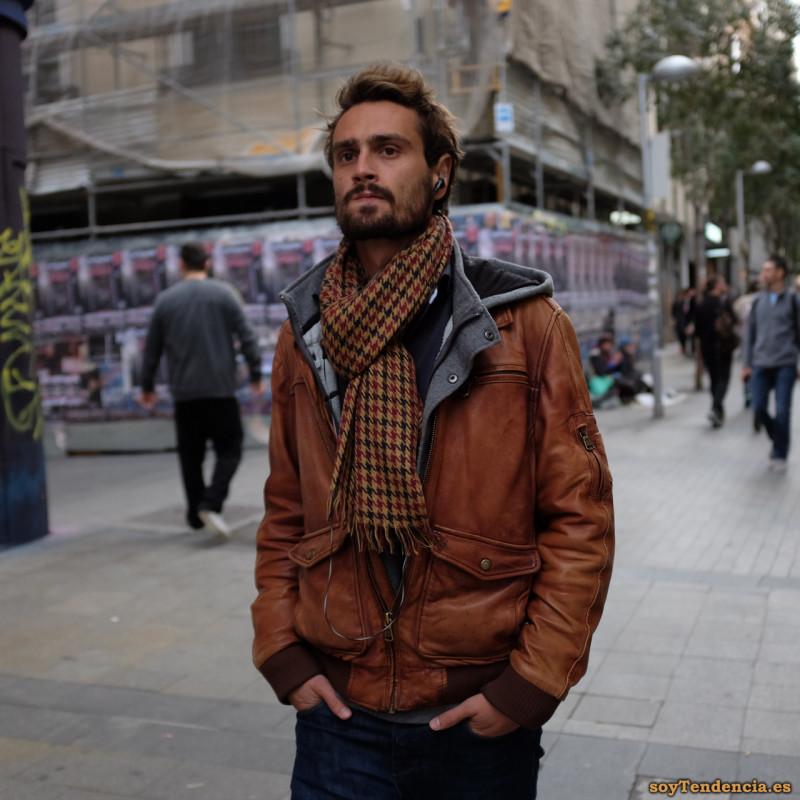 cazadora de cuero envejecido bufanda soyTendencia Madrid street style