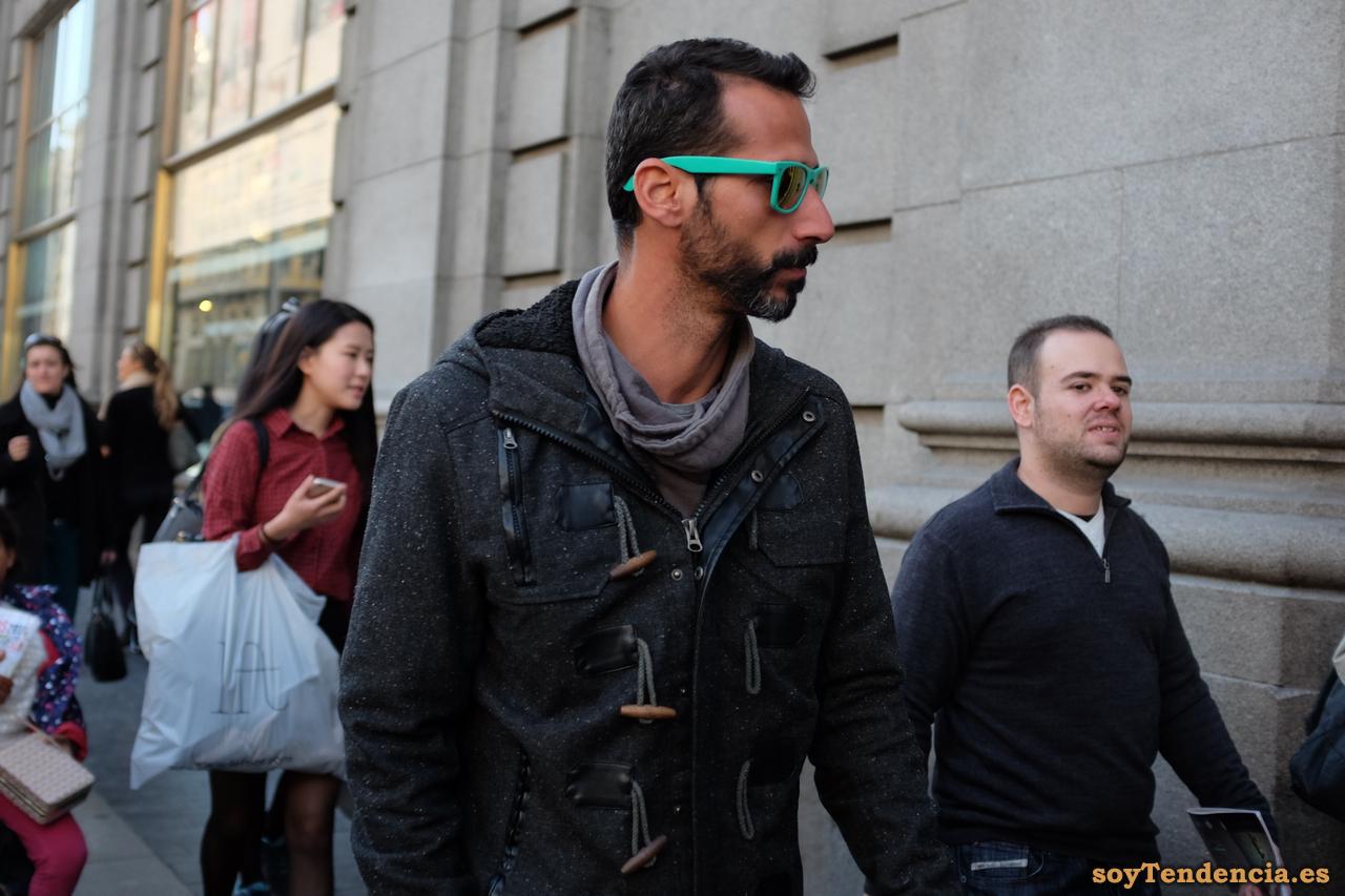 trenca negra gafas verdes hombre soyTendencia Madrid street style