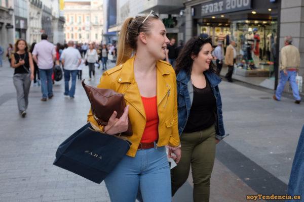 cazadora chaqueta amarilla zara camiseta roja soyTendencia Madrid street style