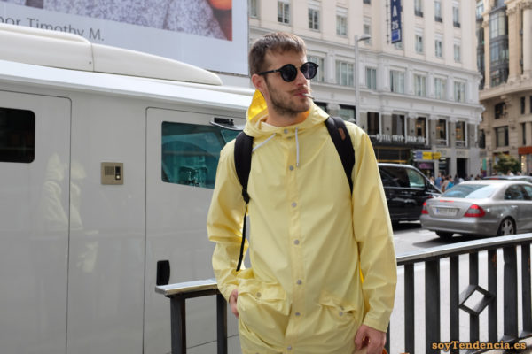 impermeable amarillo hombre soyTendencia Madrid street style