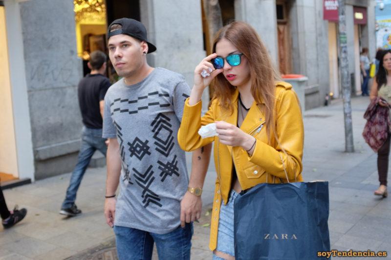 cazadora chaqueta amarilla zara bolsa camiseta con dibujos geometricos soyTendencia Madrid street style