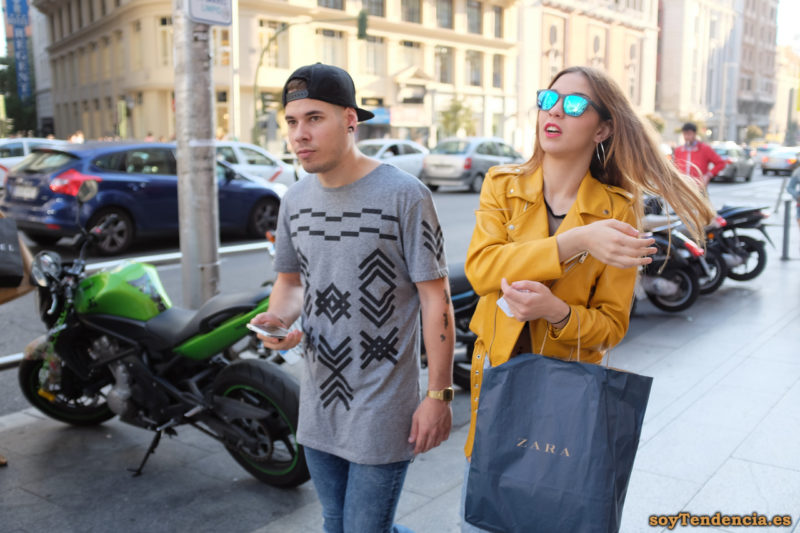 cazadora chaqueta amarilla zara camiseta con dibujos geometricos soyTendencia Madrid street style