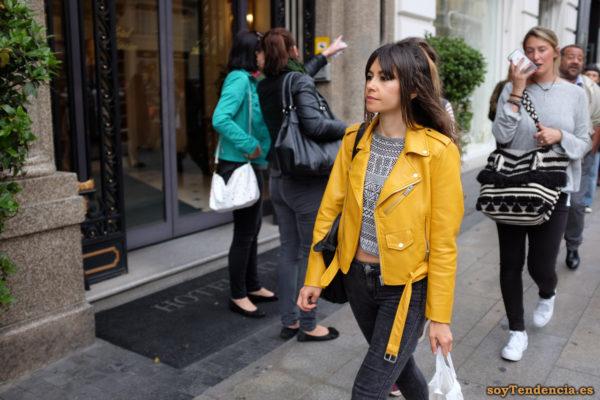 cazadora chaqueta amarilla zara camiseta dibujos geometricos soyTendencia Madrid street style