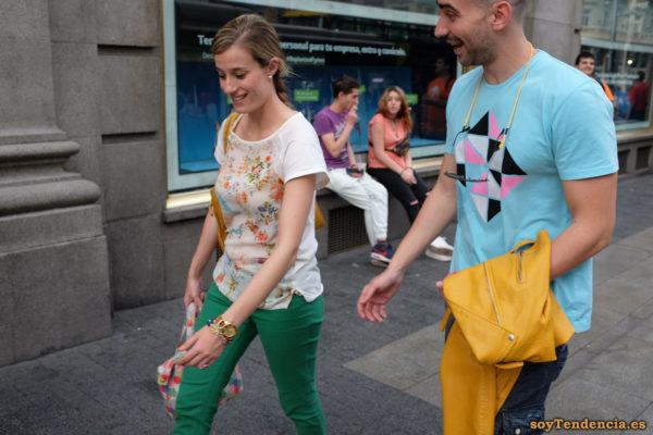 cazadora chaqueta amarilla zara camiseta flores pantalon verde soyTendencia Madrid street style