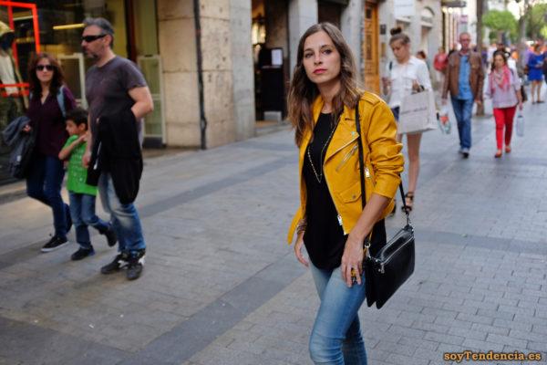 cazadora chaqueta amarilla zara camiseta negra soyTendencia Madrid street style