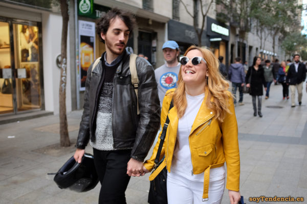 cazadora chaqueta amarilla zara casco soyTendencia Madrid street style