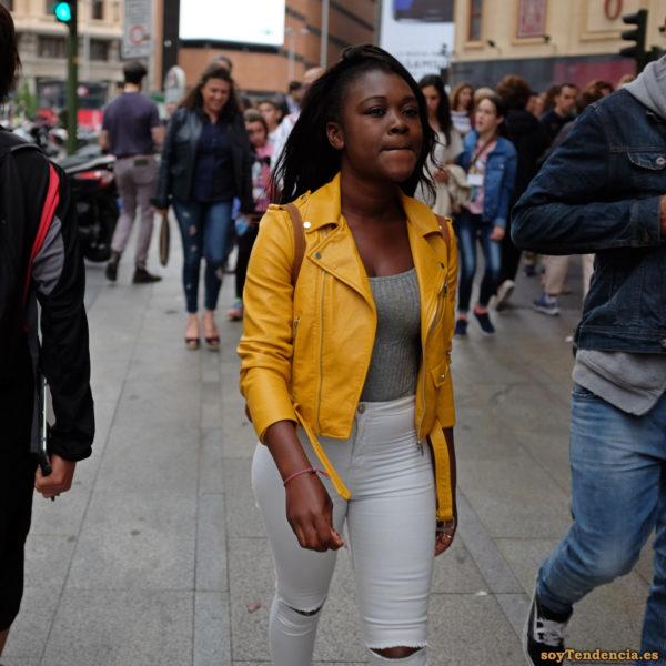 cazadora chaqueta amarilla zara pantalon blanco soyTendencia Madrid street style