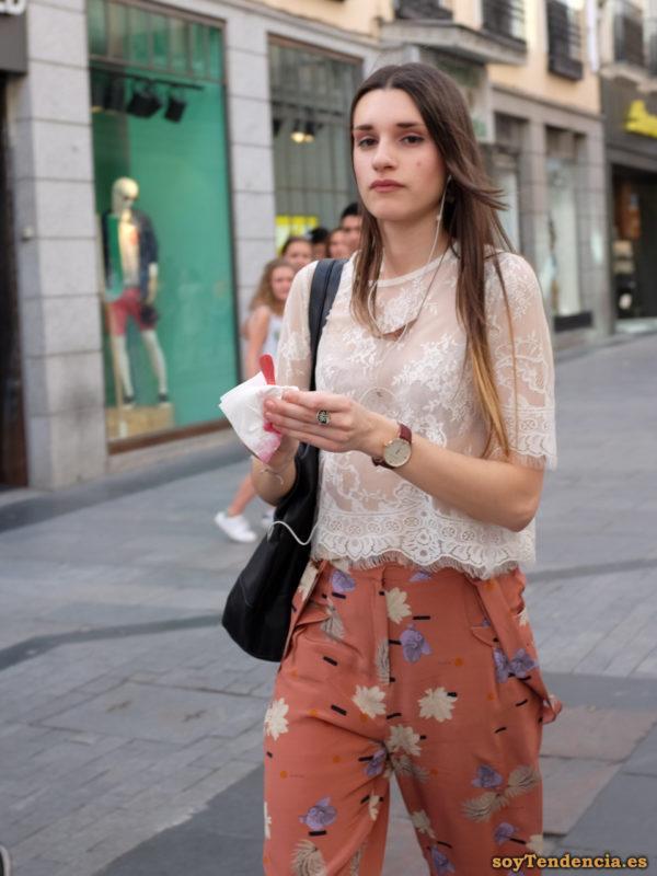 pantalón con hojas camiseta de encaje transparente soyTendencia Madrid street style