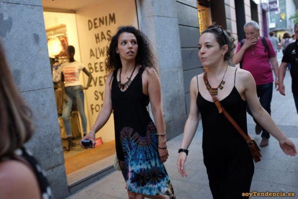 vestido negro tirantes dibujo azul collar soyTendencia Madrid street style