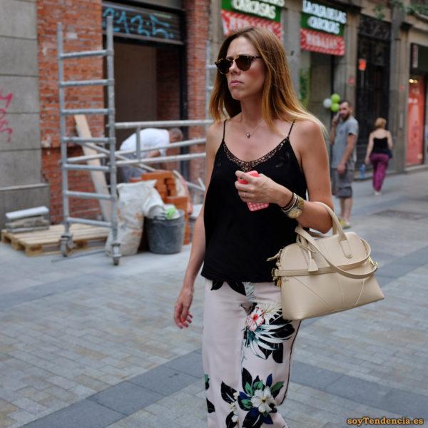 camiseta de tirantes negra pantalon blanco con flores grandes soyTendencia Madrid street style