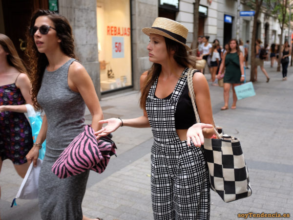 pantalon con peto blanco cuadros negros vestido largo punto gris soyTendencia Madrid street style