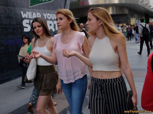 top de punto pantalon de rayas verticales blancas negras soyTendencia Madrid street style