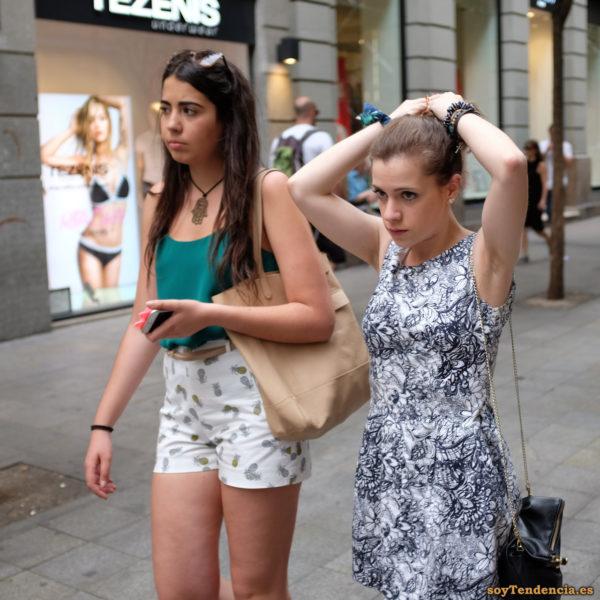 vestido blanco con flores negras finas pantalon corto con piñas soyTendencia Madrid street style