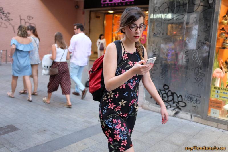 vestido negro con flores tirantes mochila soyTendencia Madrid street style