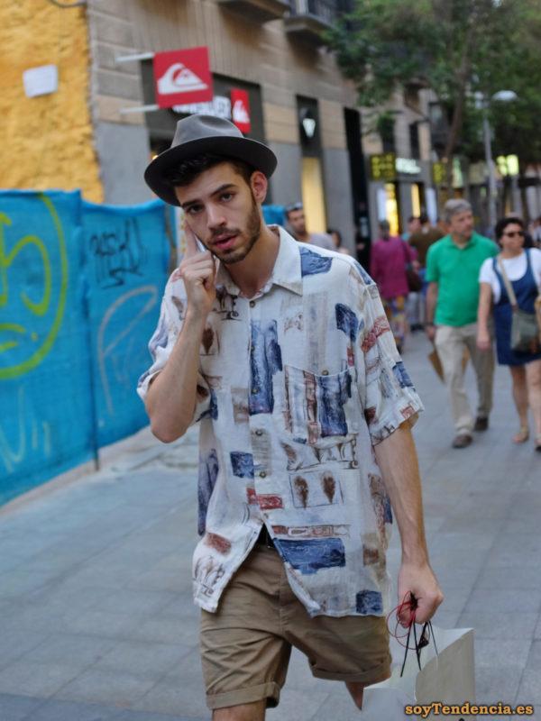 camisa manga corta blanca dibujos sombrero soyTendencia Madrid street style