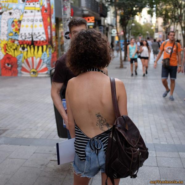 camiseta abierta por detrás con lazo tattoo short vaquero bolso cuero con cintas soytendencia madrid street style