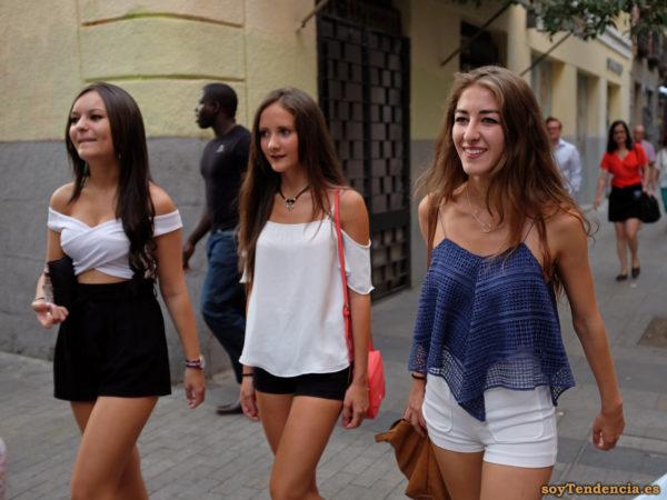 camisola doble con mucho vuelo short blanco top cruzado soytendencia madrid street style