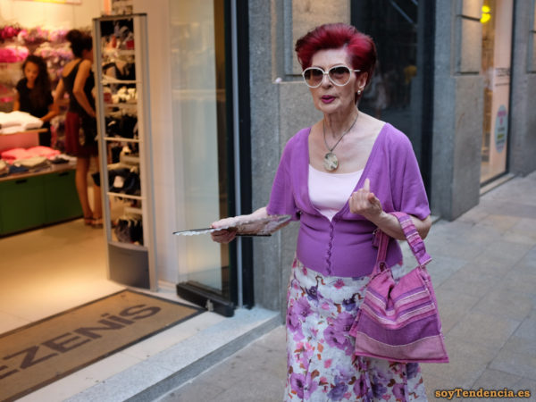 falda chaqueta y bolso lila abanico pelo rojo soyTendencia Madrid street style