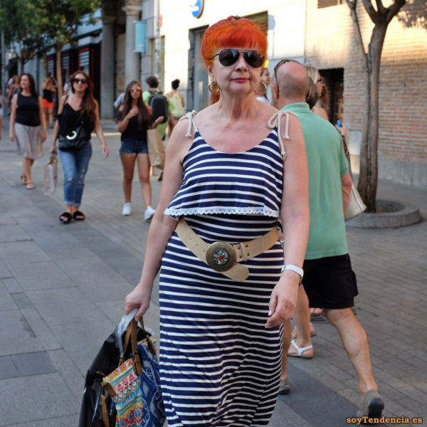 vestido de rayas con camiseta sobrepuesta pelo rojo cinturon soyTendencia Madrid street style