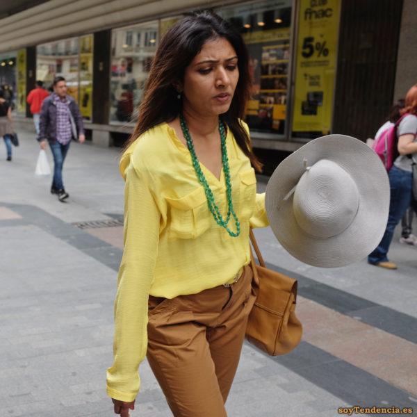 blusa amarilla con bolsillos manga larga sombrero collar soytendencia madrid street style