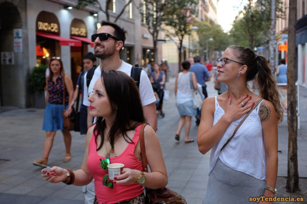 camiseta lencera sobre vestido gris largo de punto soytendencia madrid street style