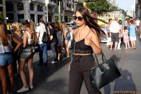 crop top de encaje negro pantalon cinturon lazo bolso soytendencia madrid street style