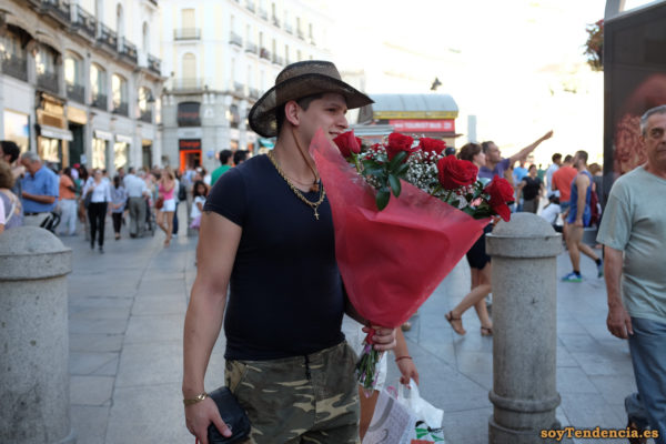 ramo de rosas pantalon camuflaje sombrero soytendencia madrid street style