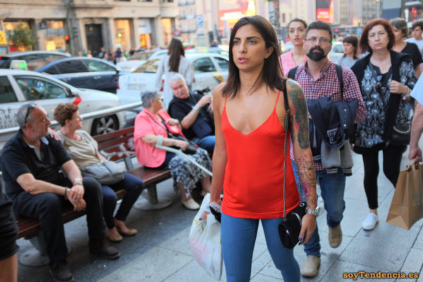 tattoo de gato camiseta roja de tirantes soytendencia madrid street style