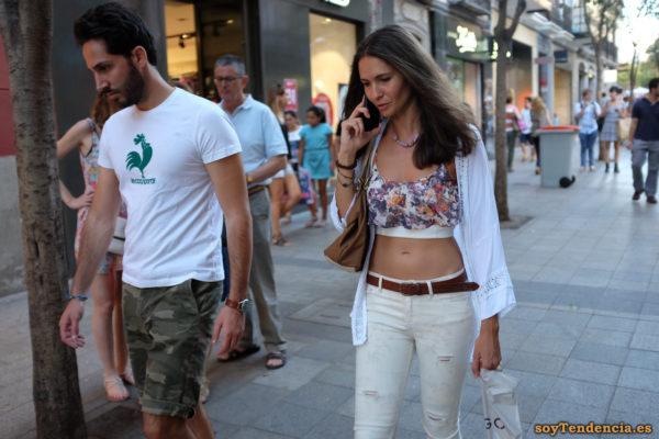 top doble con vuelo camisa bordados pantalon blanco soytendencia madrid street style