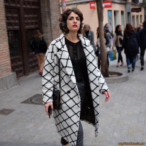 abrigo blanco con rejilla negra blusa transparente soytendencia madrid street style