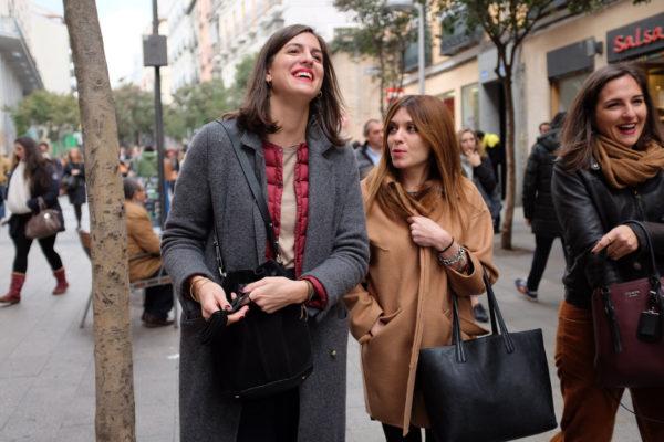 abrigo gris largo sobre chaleco acolchado soytendencia madrid street style