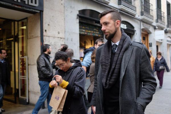 abrigo oscuro con trabillas en los hombros bufanda lazo cerrada corbata soytendencia madrid street style