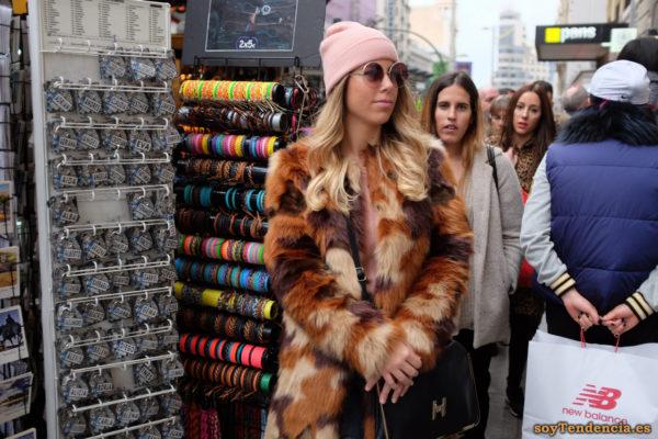 abrigo de pieles variadas colores gorro lana soytendencia madrid street style