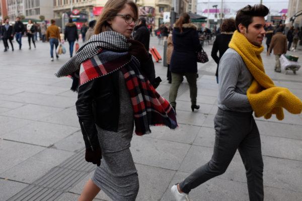 bufanda color mostaza cuadros vestido gris largo de punto soytendencia madrid street style
