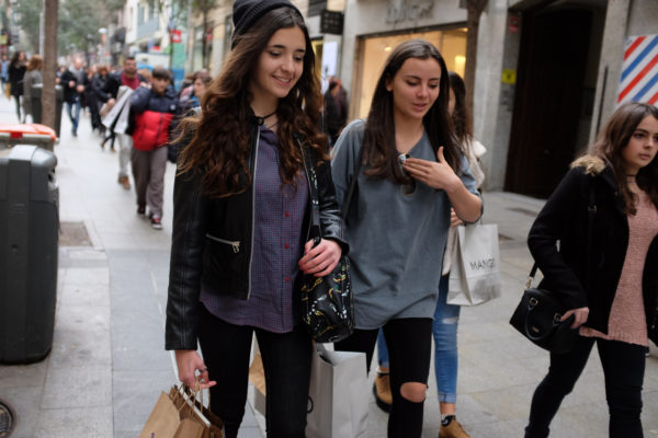 camiseta grande cazadora negra corta gorro pantalon roto soytendencia madrid street style