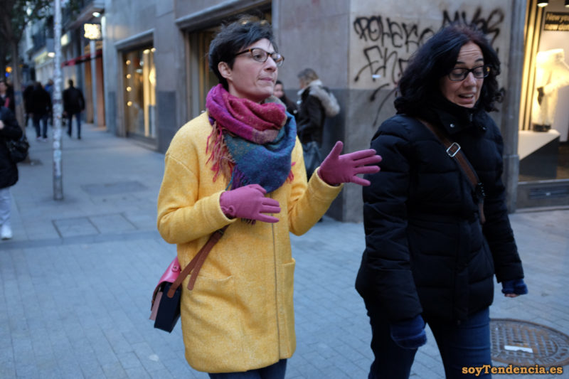 abrigo amarillo de cremallera guantes rosas bolso soytendencia madrid street style