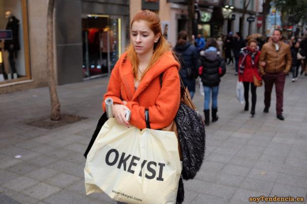 abrigo naranja con capucha grande bolsa okeysi soyTendencia Madrid street style