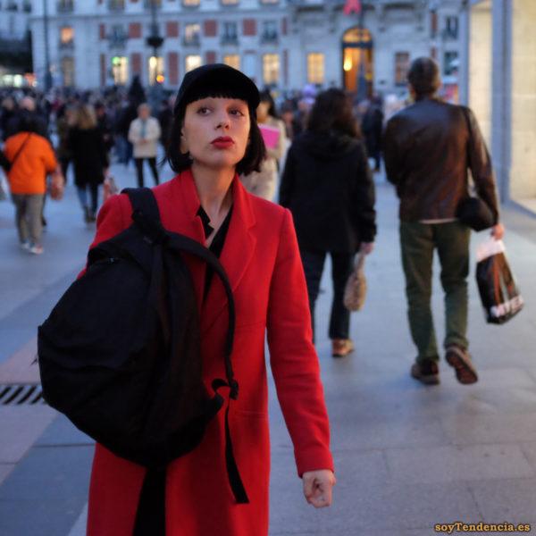 abrigo rojo largo sin botones mochila soyTendencia Madrid street style