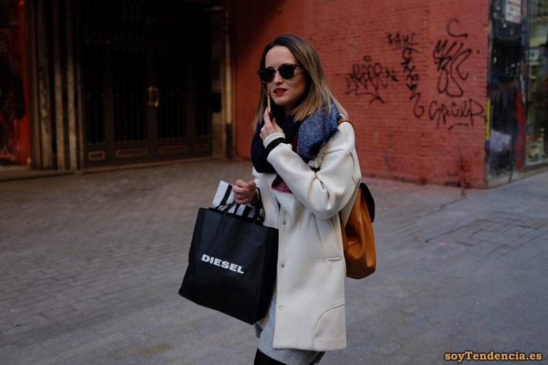 abrigro blanco de hombros anchos caidos mochila bufanda soyTendencia Madrid street style