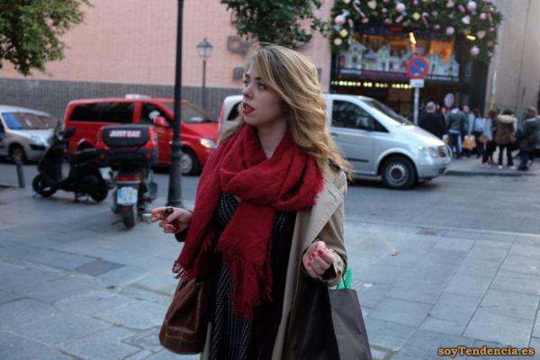 bufanda roja dos vueltas gabardina soyTendencia Madrid street style