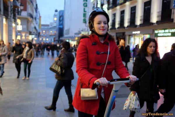 casaca roja segway casco bolso dorado soyTendencia Madrid street style
