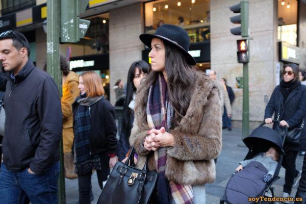 cazadora de piel con capucha chaquetón sombrero soyTendencia Madrid street style