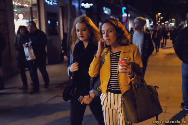 chaqueta amarilla de zara y pantalón a rayas verticales camiseta soyTendencia Madrid street style