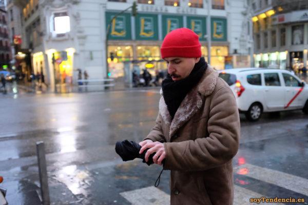 chaquetón de piel vuelta forrado gorro de lana rojo paraguas lluvia soyTendencia Madrid street style