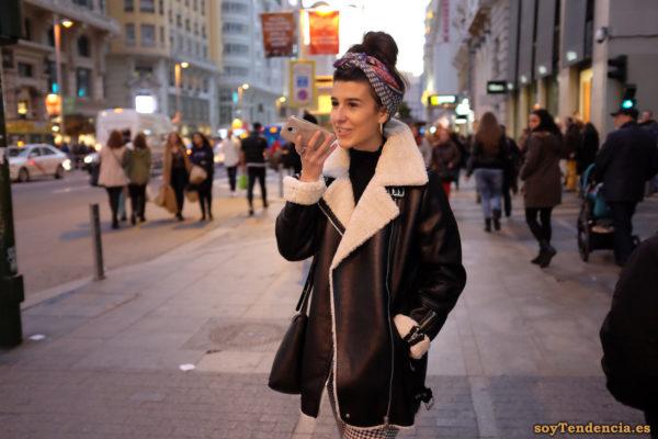 chaquetón de piel liso con cremalleras con forro de borrego soyTendencia Madrid street style